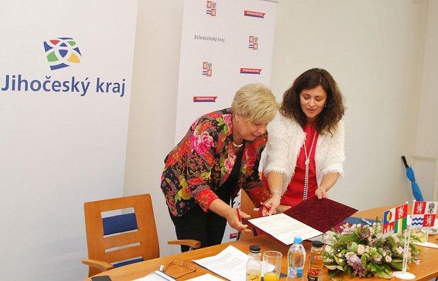 Hejtmanky Ivana Stráská a Jaroslava Pokorná Jermanová podepisují prohlášení o budoucí spolupráci Jihočeského a Středočeského kraje.
