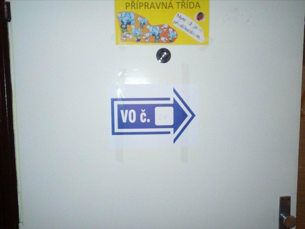 V ZŠ J. Š. Baara ve volebním okrsku číslo 24 odvolilo kolem 16. hodiny 35 procent voličů.