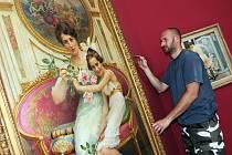 Alfons Mucha v zrcadle doby je název výstavy, která začíná 27. června v Alšově jihočeské galerii na Hluboké. Na snímku upravuje jeden z obrazů Petr Berkovský.
