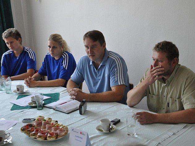 Prezident strakonického klubu Miloš Balák (vpravo) by rád viděl tým mězi nelepšími čtyřmi. Zleva sedí Darina Johnová, Lucie Baláková a manažer Eduard Gaisler.