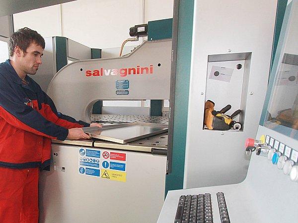 Ohýbací centrum Salvagnini obsluhuje ve společnosti Aspera Technology František Makudera.