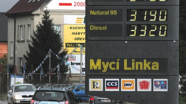 Natural 95 za 31.90 korun a Diesel za 33.20, tolik přesně stál litr pohonné hmoty začátkem května na jedné čerpací stanici v Českých Budějovicích. Dnes už je vše jinak, benzín i nafta zlevňují.
