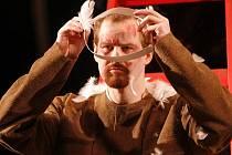 Hra Vajgl Jihočeského divadla o procesu zinscenovaného procesu tzv. borské vzpoury u diváků příliš neuspěla, ani ne po roce má derniéru. Na snímku Pavel Oubram v roli letce Černého.