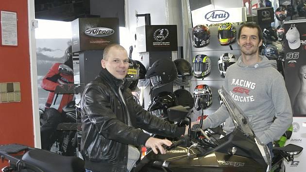 Hokejista František Ptáček si zkouší svůj nový stroj Kawasaki pod dohledem svého kamaráda, motocyklového závodníka a šéfa firmy Smrž Moto Matěje Smrže.