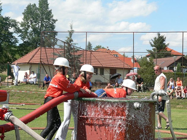 Při hasičské soutěži v Nových Homolích předvedli jako ukázku své umění i zdejší mladí dobrovolní hasiči.