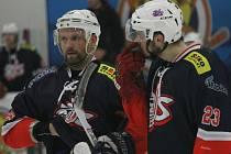 František Bombic (vlevo) s Davidem Jandou. Hokejový rutinér v David servisu skončil.