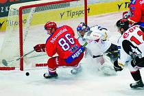 Tomáš Mertl v této šanci brankáře Znojma Jiřího Trvaje nepřekonal. Hokejisté HC Mountfield podlehli poslednímu Znojmu 1:2 a prohráli už pošesté za sebou.  V neděli hrají Jihočeši v 17. extraligovém kole v Litvínově.