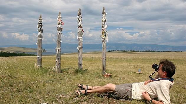 Cestovatel a fotograf Martin Loew snímá staré šamanské sloupky na sibiřském ostrově Olchon u jezera Bajkal.