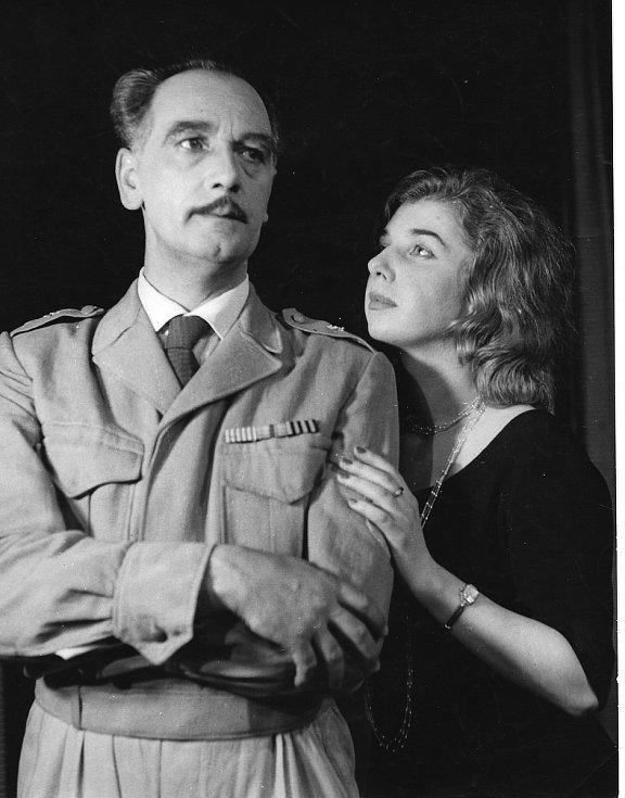 Charakterní herec A. Pohanka s dojemnou partnerkou ve hře Ostrov Afrodity (1962).