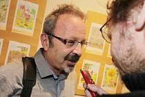 Jihočeské muzeum připomíná výstavou kreslíře Jaroslava Kerlese (1939 - 2014) a jeho práci pro Pohádkové království, pro něž vytvořil například postavu kapra Jakuba. Na snímku kreslířův syn Marek Kerles v rozhovoru s redaktorem Deníku Radkem Gálisem.