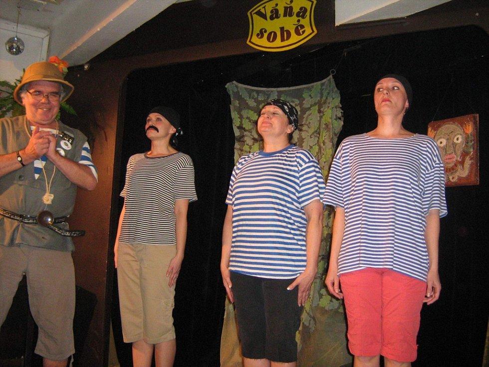 V českobudějovickém Kabaretu U Váňů uvedli první letošní premiéru, Ostrov Dynamit od Voskovce a Wericha.