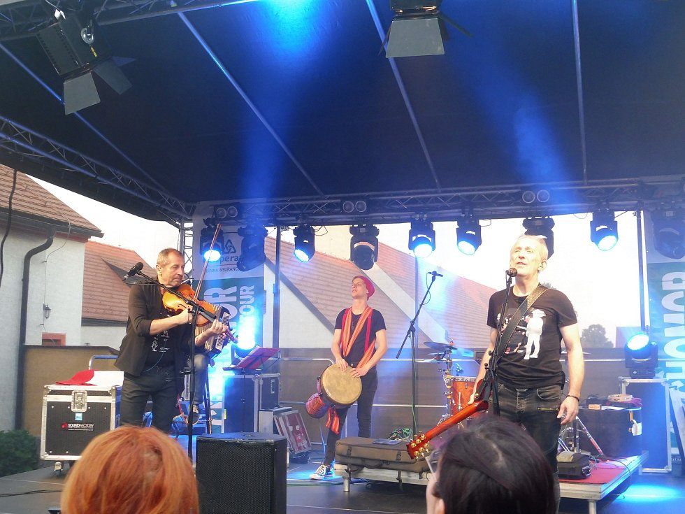 Na nádvoří borovanského kláštera hrála kapela Čechomor. Na snímku Karel Holas, Matěj Lienert a František Černý.