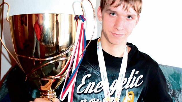 Rychlobruslařská naděje z Jindřichova Hradce. Jakub Kopřiva získal mimo jiné pohár za prvenství na závodech mezinárodní rychlobruslařské unie (ISU) v Polsku.