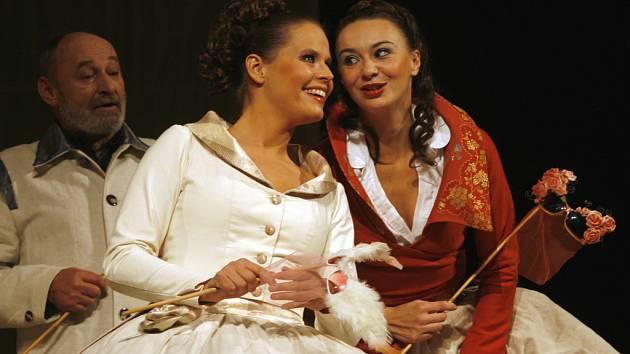 Beatrice (Lenka Krčková,zprava) s Konrádovou dcerou Héro (Taťána Kupcová).
