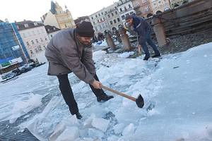 Likvidace ledu na českobudějovickém náměstí