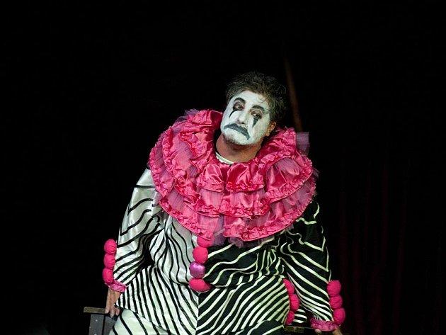 Opera Komedianti na otáčivém hledišti vČeském Krumlově. Na snímku José Cura jako Canio.