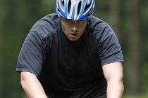 Hokejisté českobudějovického extraligového klubu HC Mountfield jsou na týdenním soustředění v Železné Rudě.Martin Tůma se na kole rozhodně nešetří.