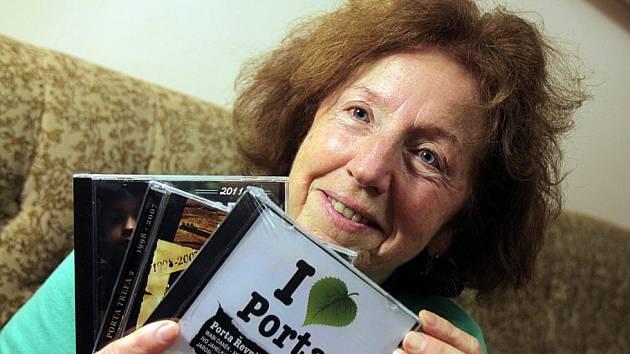 Anna Roytová z festivalu Porta doufá, že se letos změní k lepšímu jihočeské kolo festivalu, které bude nově v sále Českého rozhlasu České Budějovice. Na snímku s CD, na nichž je výběr z písní, které zazněly na posledních finále Porty v Řevnicích u Prahy.