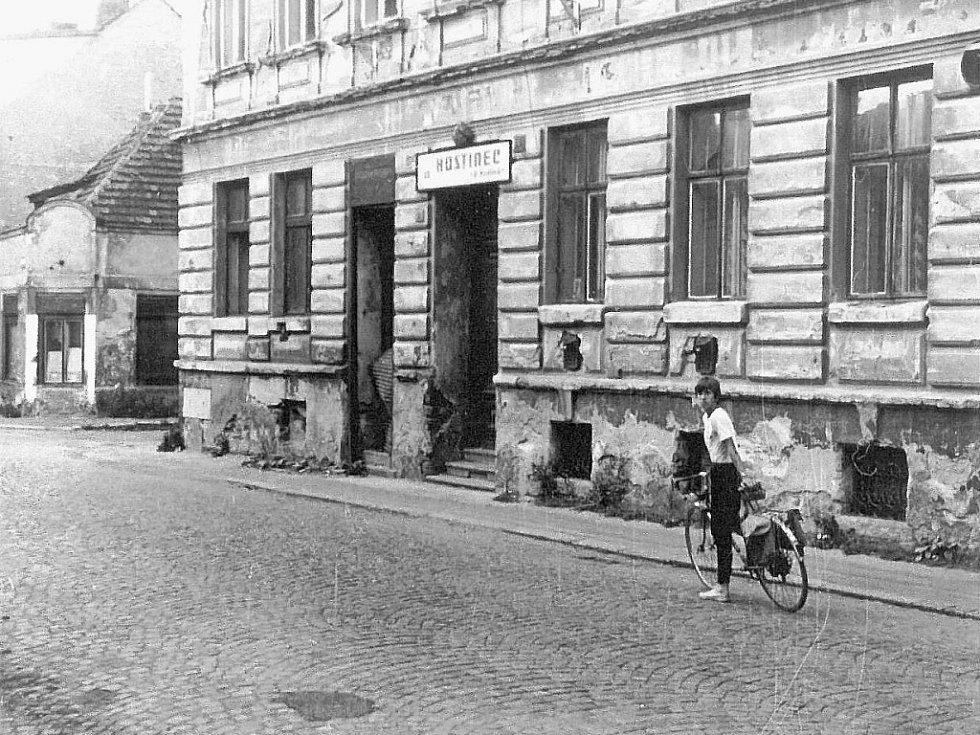 Hostinec U Hrdinů v Otakarově ulici v roce 1987.