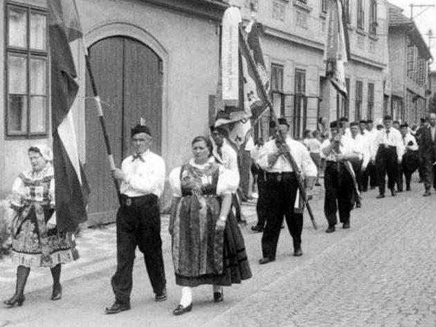 Průvod baráčníků v Čtyřech Dvorech asi v roce 1955.