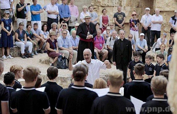 Uprostřed biskup Voderholzer.
