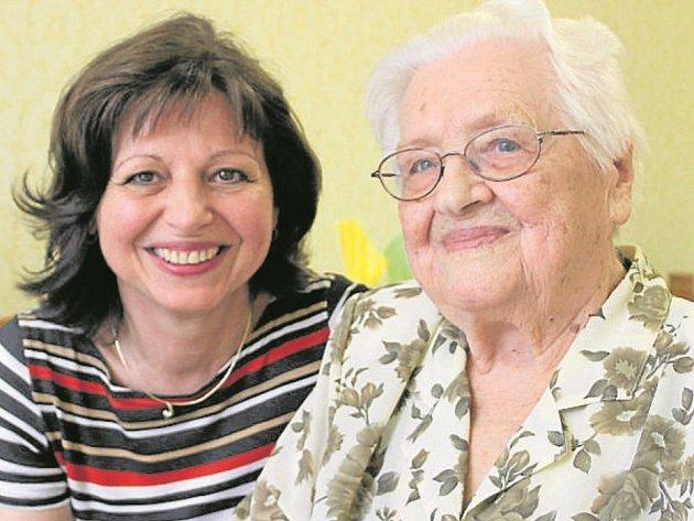 POPŘÁT přišla své milované  babičce Marii Kándlové  vnučka Milena Mouralová (na snímku), dcery i vnuk.