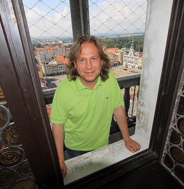 Jan Vančura se od roku 1992 stará o českobudějovickou Černou věž. To s sebou přináší každodenní úklid, pravidelné kontroly hodinového stroje a zvonů, zodpovídání zvídavých dotazů i noční posouvání rafik při změně času.