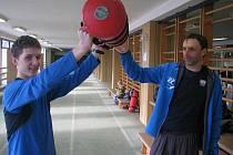 TALENT. Josef Havlíček, na snímku s trenérem Bahenským,  se atletice nevěnuje dlouho. Přesto už vybojoval cenné medaile. Naposledy byl třetí na MČR v přespolním běhu Temelíně