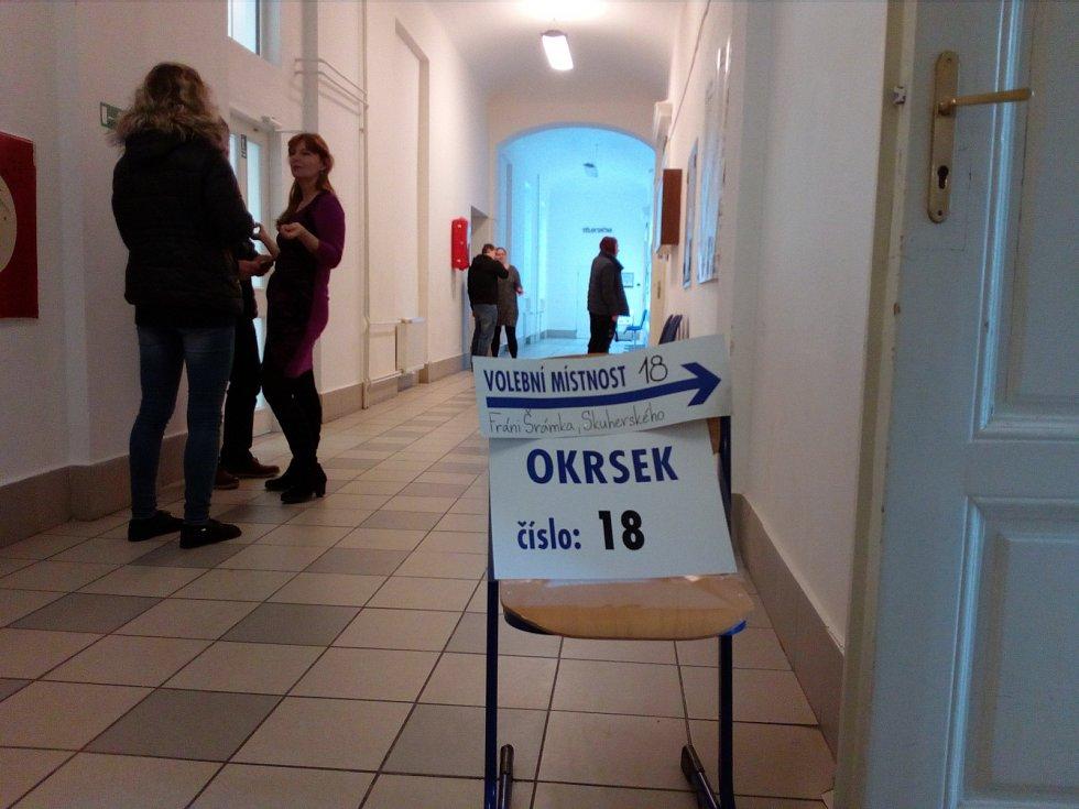 O něco vyšším volební účast ve druhém kole odhadoval předseda volební komise Jaroslav Hule v osmnáctém okrsku v Českých Budějovicích.