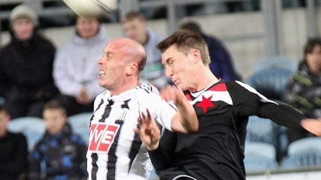 Ivo Táborský v zápase Dynama se Slavií ve vzdušném souboji s Jaromírem Zmrhalem.
