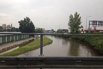 Po bouřce se v pondělí večer rozvodnil Dobrovodský potok v Českých Budějovicích.