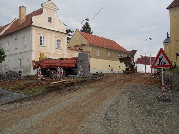 Zavřené ulice. Kvůli stavebním úpravám budou do konce srpna zavřeny lišovské ulice Kostelní (na snímku) a Farská.