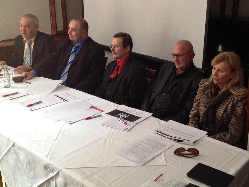 Nový magisterský studijní obor představili zástupci VŠTE v úterý. Na snímku zleva Rudolf Kampf, Marek Vochozka, František Němec, Jan Váchal a Ludmila Opekarová.