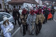 Spolu s čerty, anděly a kočárem taženým koňmi se stovky lidí vydaly v sobotu v čertovském průvodu z centra Hluboké nad Vltavou k místní Jihočeské zoologické zahradě.