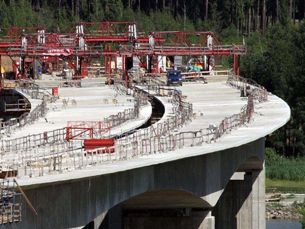 Snímek ze stavby dálničního mostu přes rybník Koberný u Plané nad Lužnicí v roce 2011.