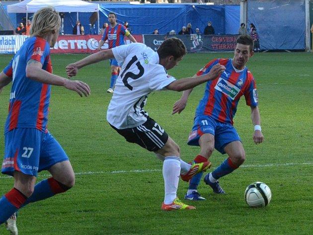 Jindřich Kadula už má za sebou i starty v Gambrinus lize: na snímku z utkání Dynama v Plzni bojuje s Rajtoralem a Petrželou.