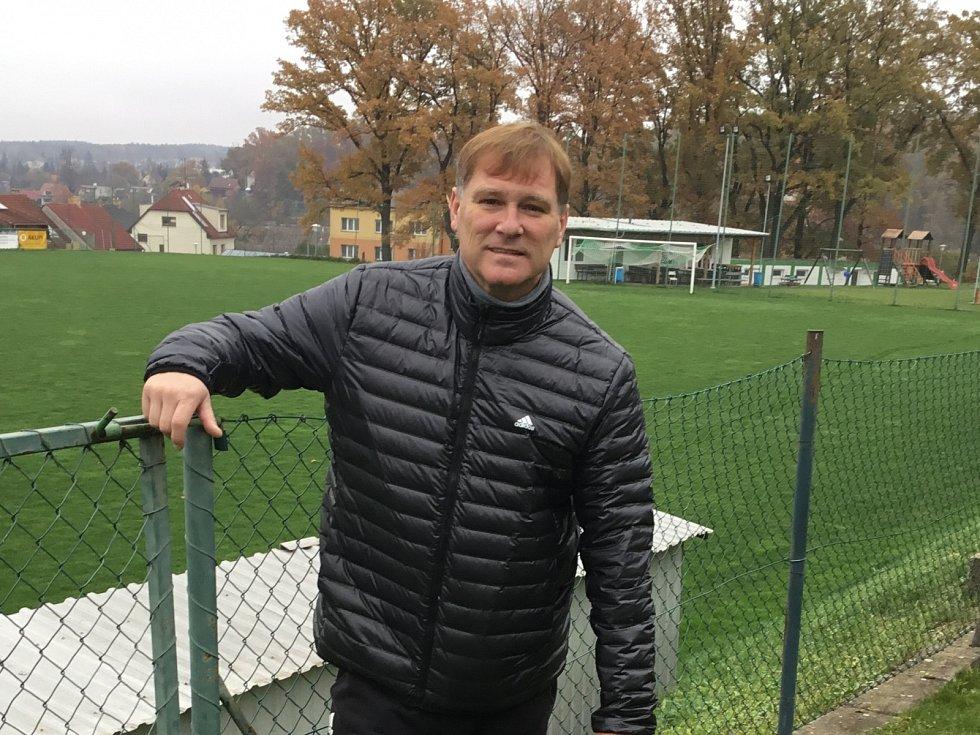 Emil Kristek bydlí přímo u hřiště