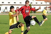 Soběslavský Boháč v zápase krajského přeboru s béčkem Sezimova Ústí stíhá hostujícího Stoszka.
