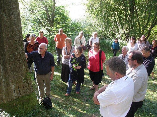Po brigádě se na upraveném židovském hřbitově sešli lidé při pietním setkání.