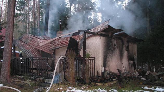 Jedním z předvánočních zásahů hasičů byla likvidace požáru chaty u Trhových Svinů.