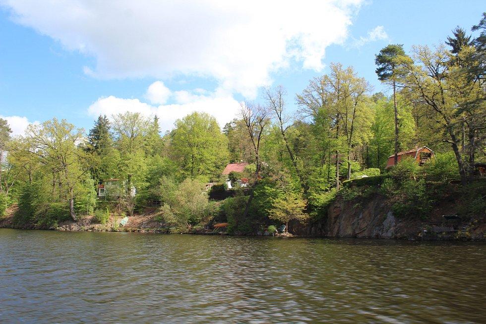 Vorařská obec Purkarec s přístavem a přívozem pro pěší a cyklisty.