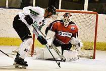 Hokejisté budějovického Samsonu (v bílých dresech) deklasovali v krajské lize Strakonice na jejich ledě 10:2.