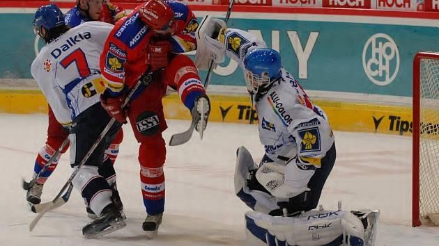 Jiří Šimánek před vítkovickým brankářem Pruskem. V polovině zápasu zaznamenal vítězný gól.