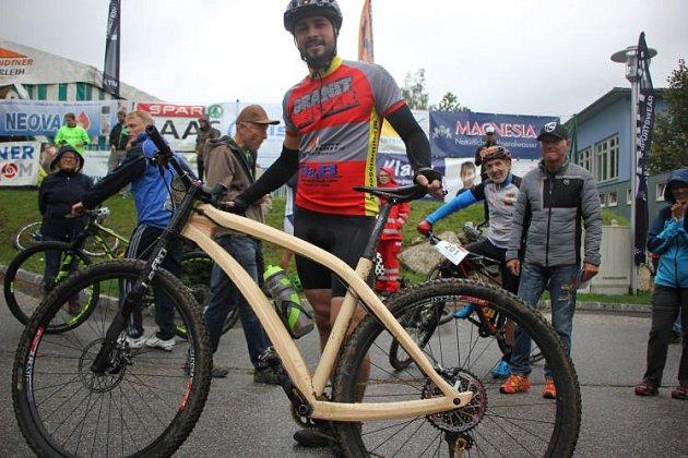 Udělal si horské kolo ze dřeva.