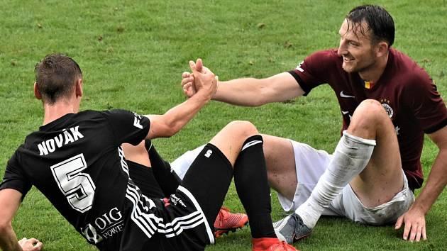 V dramatickém utkání I. ligy fotbalisté Dynama hráli se Spartou doma smírně 2:2 (na snímku domácí stoper Pavel Novák a hostující útočník Libor Kozák).