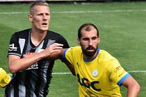 David Ledecký v Dynamu působil, a tak se chtěl v dresu Teplic ukázat. Na snímku ho atakuje Michal Škoda.