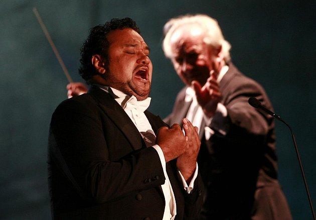 Jubilejní 20. ročník Mezinárodního hudebního festivalu Český Krumlov v Pivovarské zahradě zahájil slavný mexický tenorista Ramón Vargas.