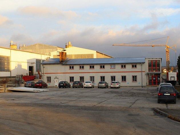 Beton se v Hubenově vyrábí už od 70. let minulého století. Zaměstnanci Prefy Hubenov v současné době pracují v pěti halách, z nichž tři jsou výrobní, v další se připravují ocelové výztuže a poslední slouží jako míchací centrum.