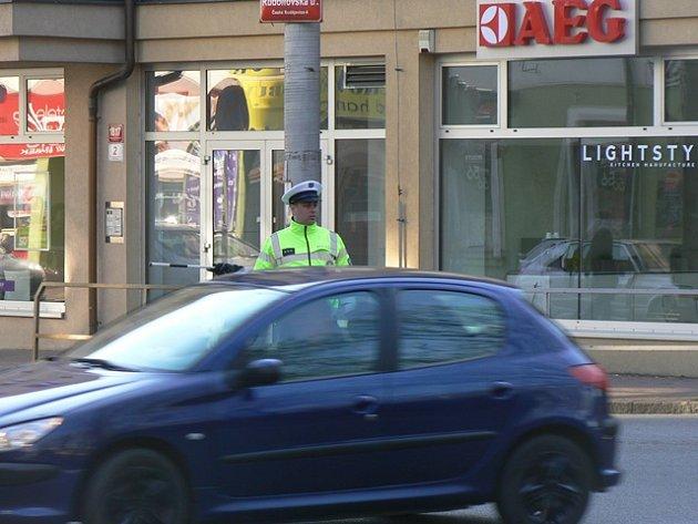 Policie řídí dopravu i na křižovatce ulic Na Sadech a Rudolfovská v Českých Budějovicích.