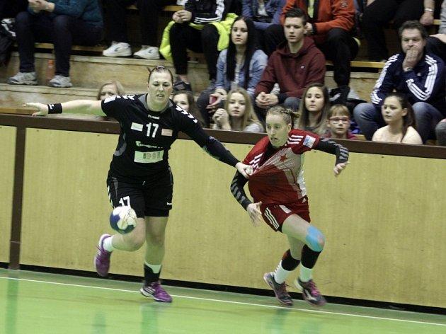 JIHOČEŠKA. Uplynulou sezonu strávila Veronika Malá (vpravo) ve Slavii. Na snímku s olomouckou Kubáčkovou.